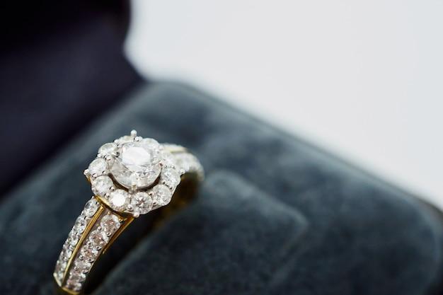 Zamknij się luksusowy ślubny pierścionek z brylantem w pudełku z biżuterią