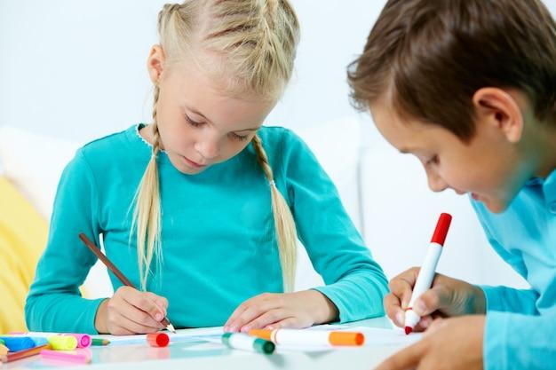 Zamknij się mały chłopiec z czerwonym ołówkiem