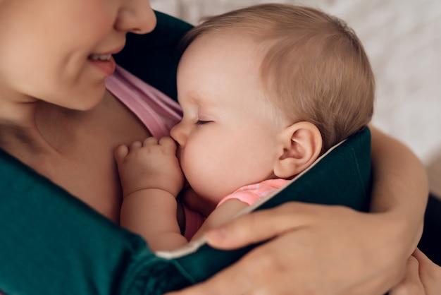 Zamknij się matka trzyma śpiące dziecko