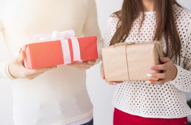 Zamknij się mężczyzna i kobieta trzyma pudełka z prezentami.