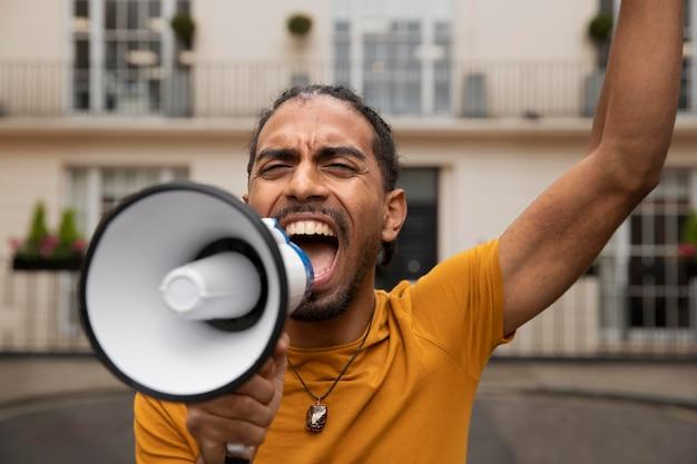 Zamknij się mężczyzna krzyczy do megafonu