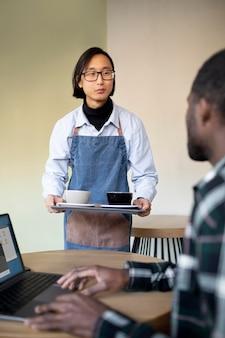 Zamknij się mężczyzna piszący na laptopie