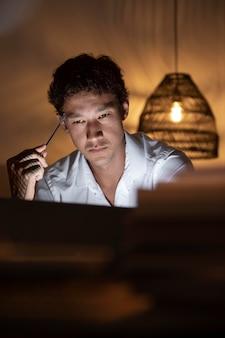 Zamknij się mężczyzna pracujący w nocy