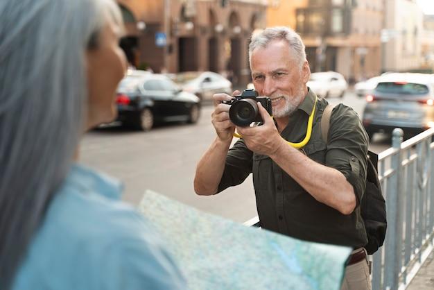 Zamknij się mężczyzna robiący zdjęcia aparatem