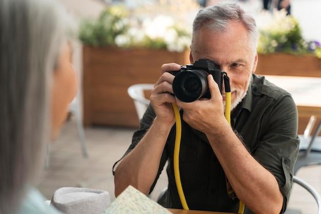 Zamknij się mężczyzna robiący zdjęcia kobiecie