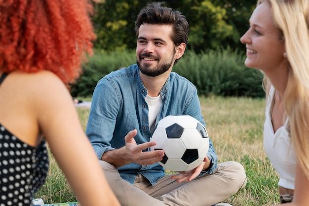 Zamknij się mężczyzna trzymający piłkę