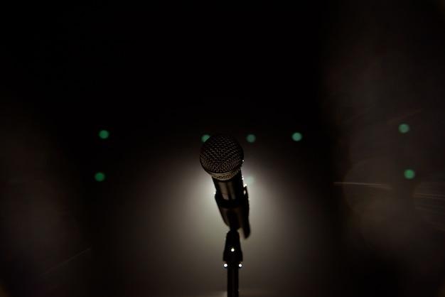 Zamknij się mikrofon na scenie