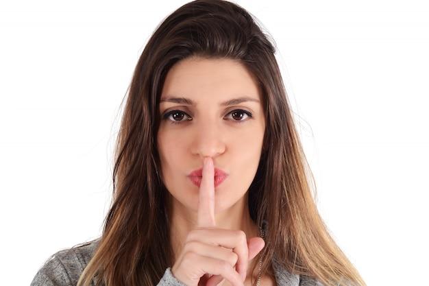 Zamknij się młoda kobieta podejmowania gest ciszy