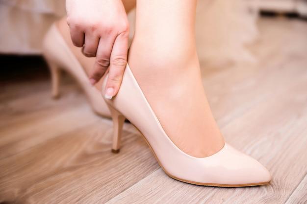 Zamknij się młoda kobieta wyrafinowanych, przymierzając nowe buty