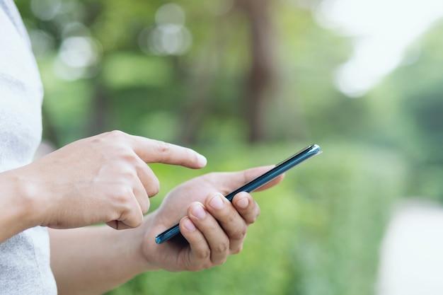 Zamknij się młody człowiek za pomocą telefonu. lub biznesmen skontaktuj się z klientem.