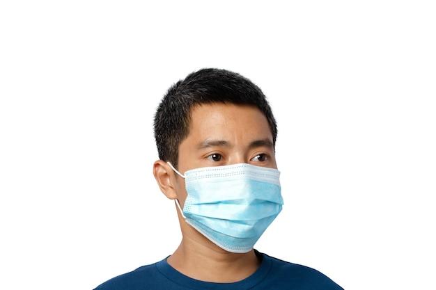 Zamknij się młody mężczyzna ubrany w ochronną maskę na twarz na białym tle na białej ścianie. ścieżka przycinająca.