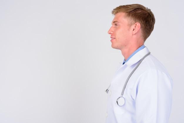 Zamknij się młody przystojny mężczyzna lekarz z blond włosami na białym tle