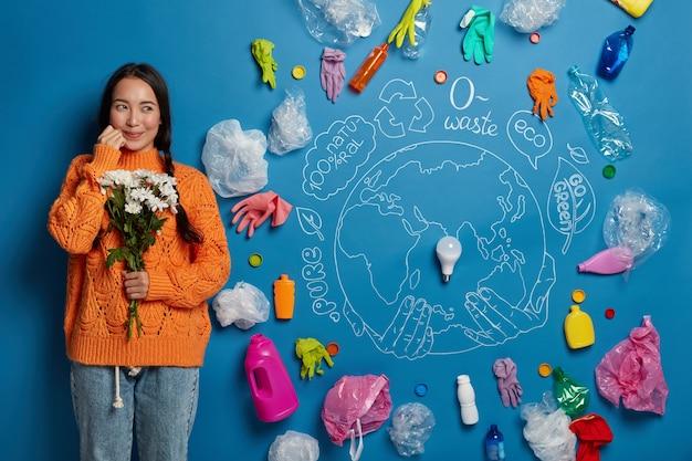 Zamknij się na aktywistce młoda kobieta w pobliżu kolażu koncepcji ekologii