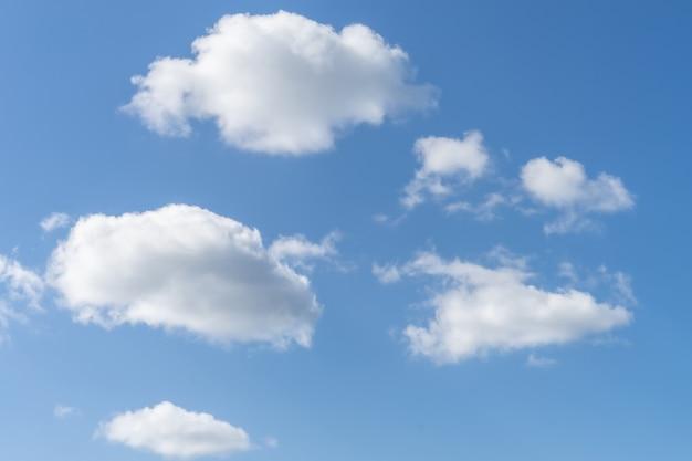 Zamknij się na białe chmury na niebieskim niebie
