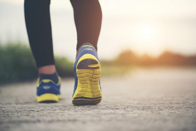 Zamknij się na buty do biegania kobiety fitness szkolenia i jogging