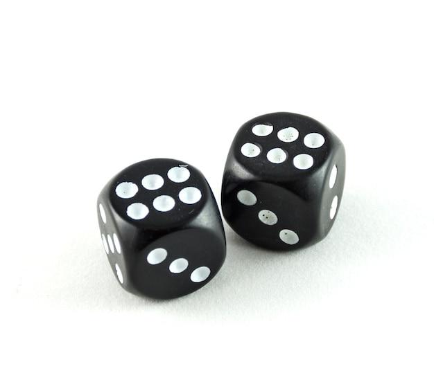 Zamknij się na czarnym kasynie kostki izolowane