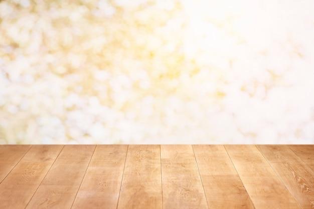 Zamknij się na drewnianej podłodze i kolorowej ścianie