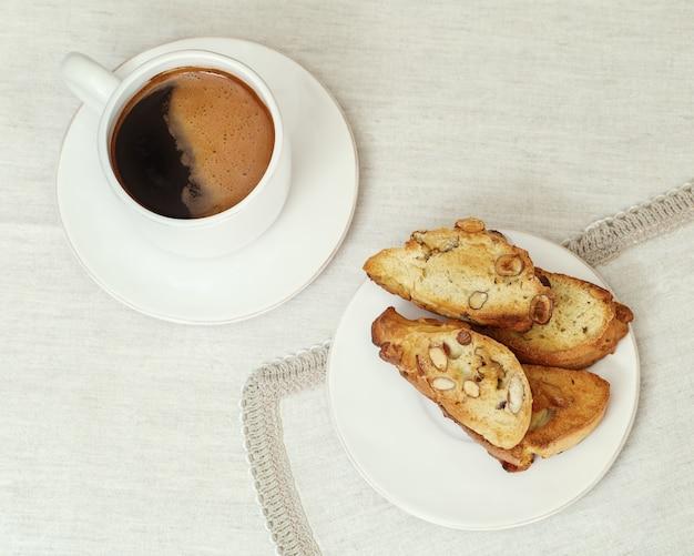 Zamknij się na filiżankę kawy i ciasteczka biscotti