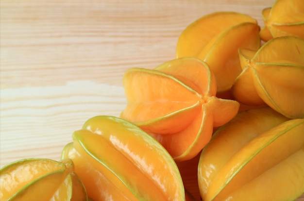 Zamknij Się Na Fresh Pile Na Ripe Star Fruits Lub Carambola Premium Zdjęcia