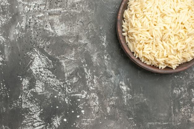 Zamknij się na gotowanym ryżu w brązowym drewnianym garnku