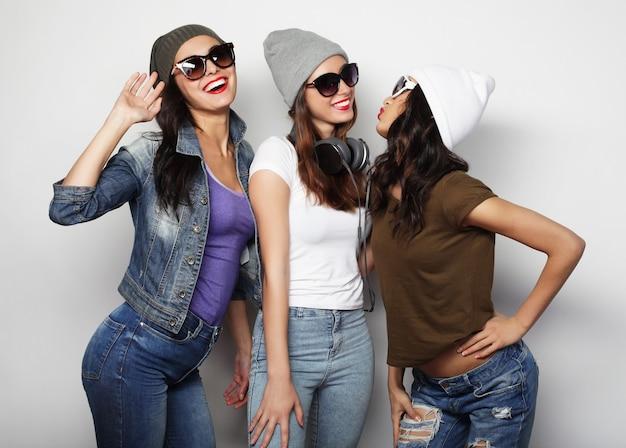 Zamknij się na grupie śmiejących się kobiet mających przyjęcie