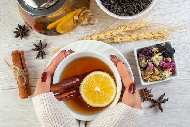 Zamknij się na herbatę ziołową w szklanym naczyniu