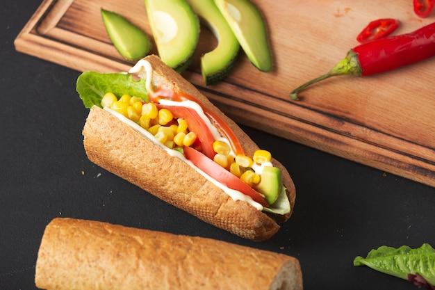 Zamknij się na kanapkę z warzywamiróżne