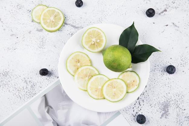 Zamknij się na kombinacji cytryny i świeżych owoców