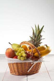 Zamknij się na kosz z owocami na desce
