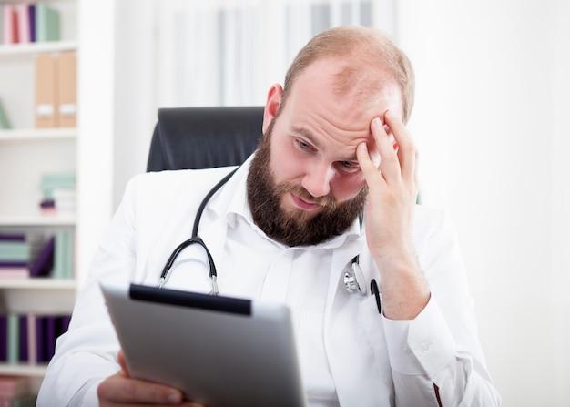 Zamknij się na lekarza pracującego w szpitalu