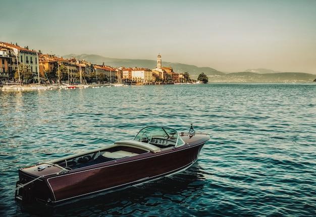 Zamknij się na łodzi na jeziorze garda, salo, włochy