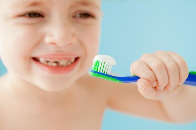 Zamknij się na małego chłopca ze szczoteczką do zębów
