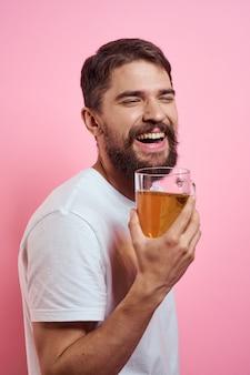 Zamknij się na mężczyzna pije piwo na białym tle