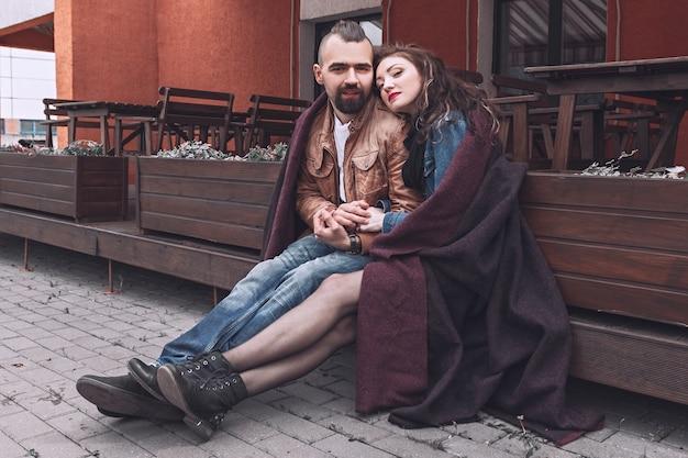 Zamknij się na miłości para siedzi na ławce