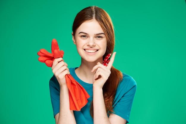 Zamknij się na młoda kobieta przygotowuje się do sprzątania domu