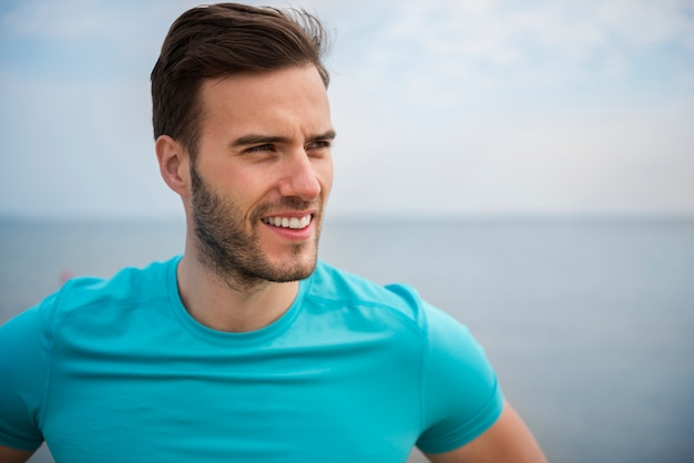 Zamknij się na młodej osobie sprawny jogging nad morzem