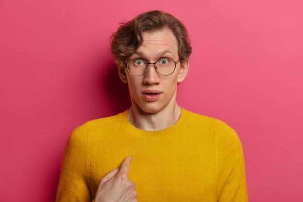Zamknij się na młody człowiek w okularach na białym tle