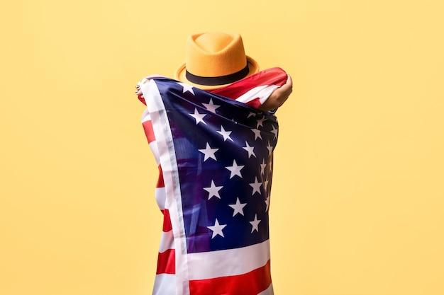 Zamknij się na osobę w kapeluszu i fladze ameryki
