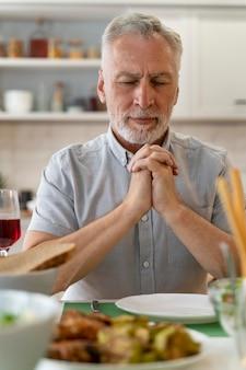 Zamknij się na paryingu przed kolacją z rodziną?