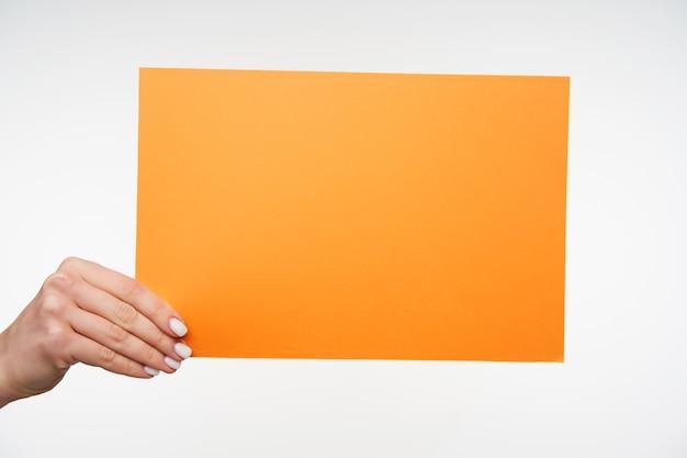 Zamknij się na pięknych rękach trzymając pustą kartkę papieru