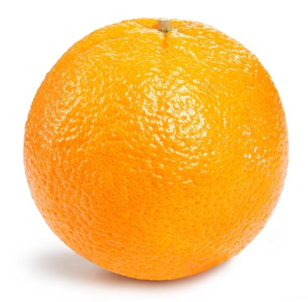 Zamknij się na pół dojrzałych pomarańczowych owoców na białym tle