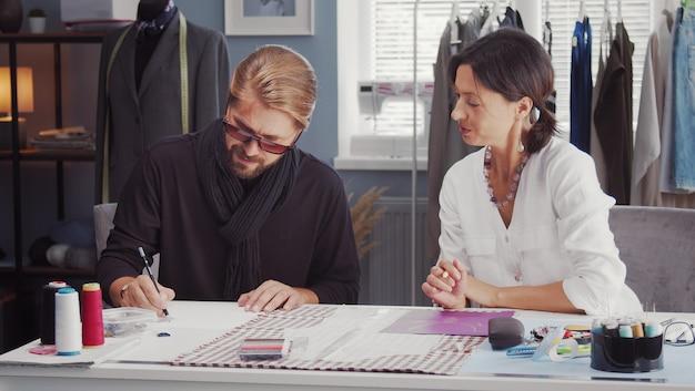 Zamknij się na projektantów mody omawiających pomysły