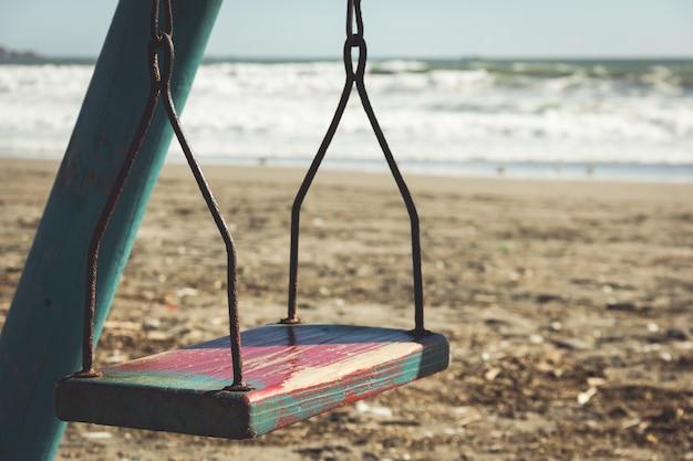 Zamknij się na pustej starej zardzewiałej huśtawce na plaży w la serena chile