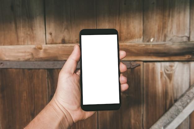 Zamknij się na pusty telefon komórkowy w ręku