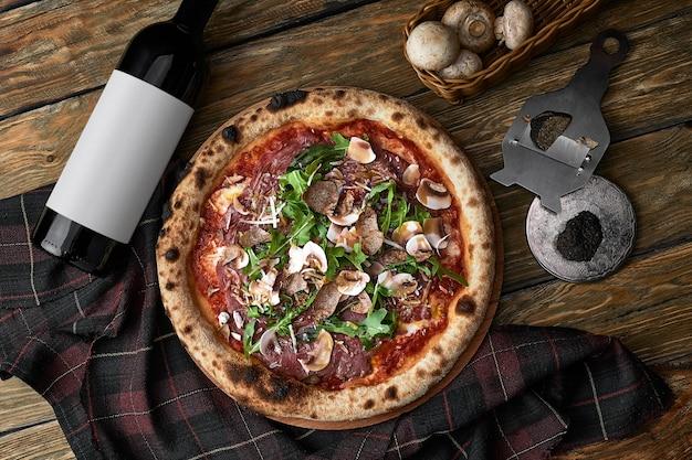 Zamknij się na pyszną świeżo upieczoną małą pizzę z grzybami serowymi i bazylią.