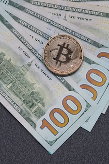 Zamknij się na rachunkach euro i bitcoin złotych monet