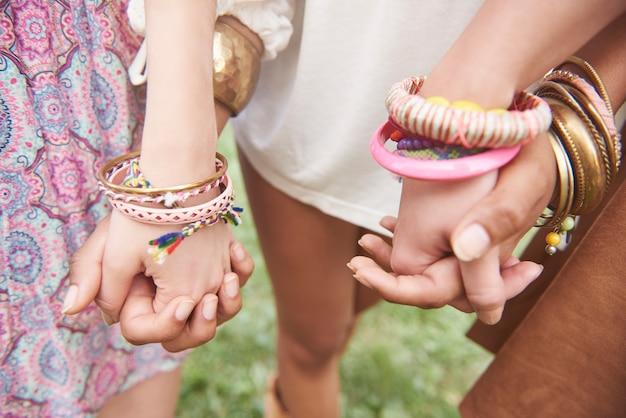 Zamknij się na rękach dzieci noszących kolorowe bransoletki