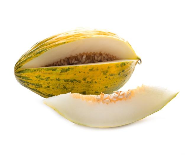 Zamknij się na soczystym dojrzałym melonie na białym tle