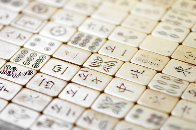 Zamknij się na starych kafelkach mahjong z chińskim skryptem w widoku ukośnym