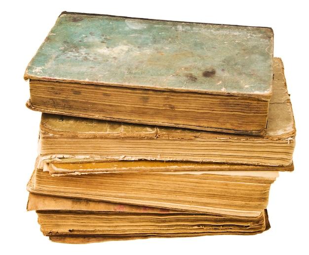 Zamknij się na starych książkach na białym tle